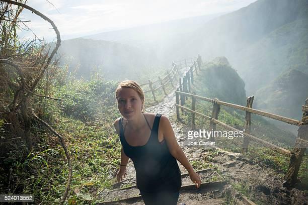 Frau-Besuchen Sie El Chiflon Wasserfall in Chiapas, Mexiko