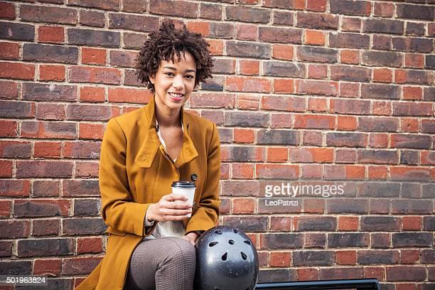 Frau warten auf park bench