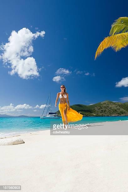 Frau zu Fuß am Strand am Karibischen Meer