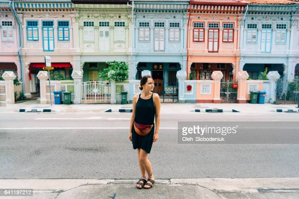 Vrouw lopen in Singapore district Katong