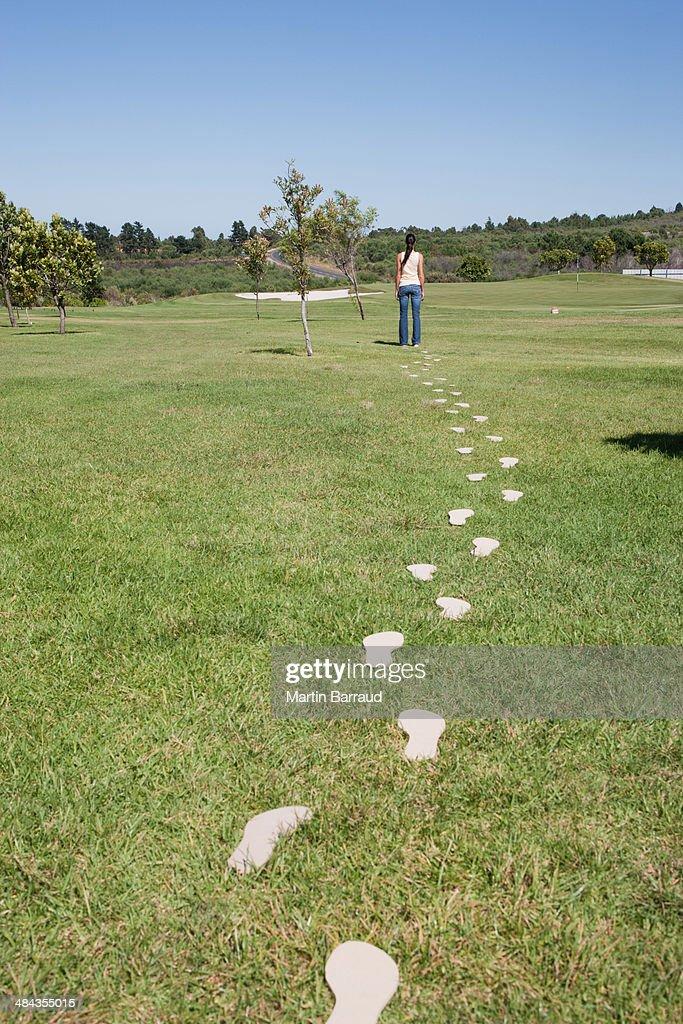 Mulher andar deixando caminho de footprints : Foto de stock