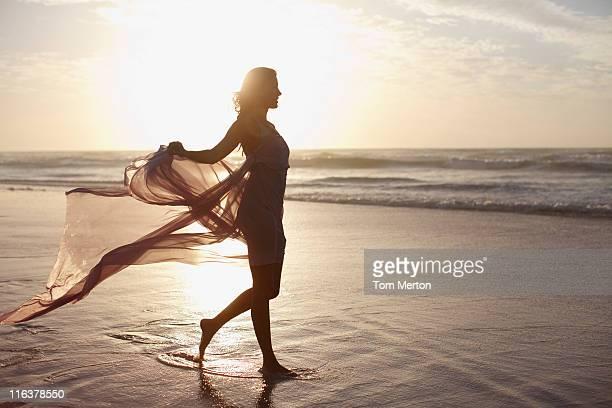 Donna che cammina sulla spiaggia