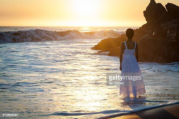 Frau geht am Strand