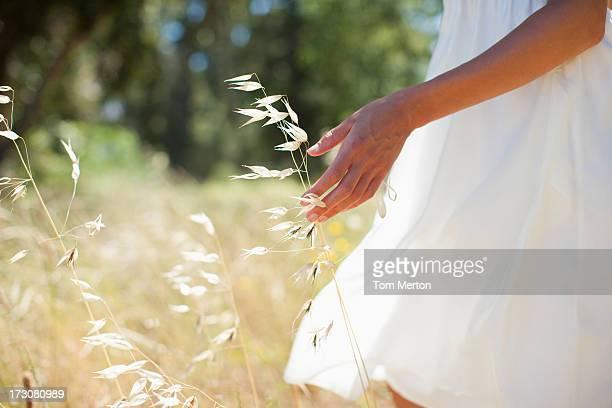 Frau zu Fuß durch Feld