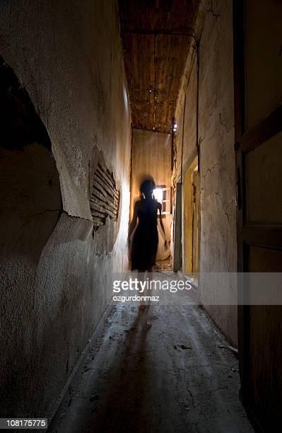 Frau zu Fuß durch Hall