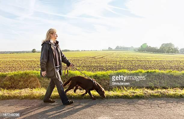 Femme marchant avec un chien mode de vie sain