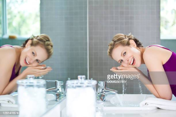 Femme se laver le visage