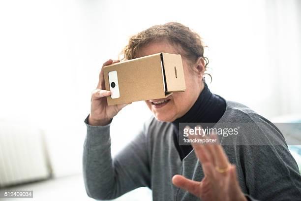 Femme regardant un film avec l'appareil Simulateur de réalité virtuelle
