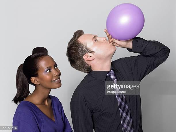 Uomo Donna guardare con palloncino
