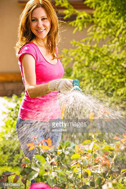 Femme arroser le jardin