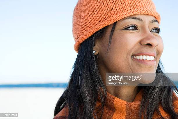 Femme portant un bonnet en tricot