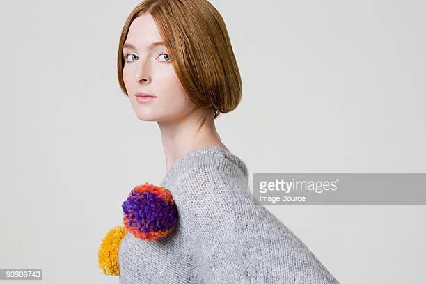 Femme portant un pull, de pompons