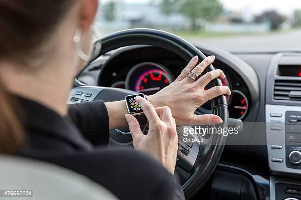 Frau mit Apfel Sie beim Fahren ein Auto