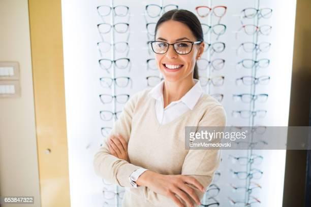 Femme portant des lunettes au magasin d'optique