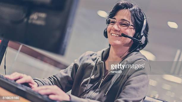 Frau mit headset im computer Zimmer