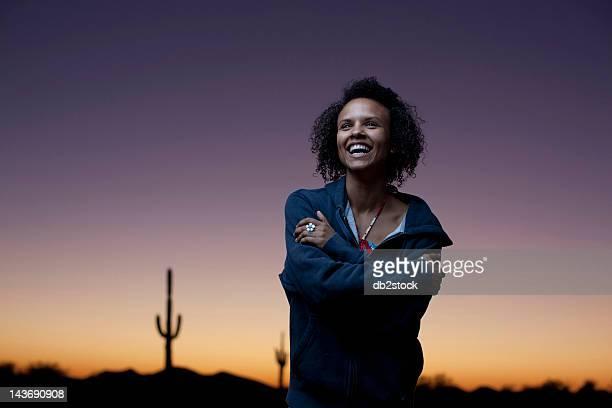 Femme portant veste dans le désert, de nuit