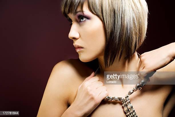 Femme portant collier