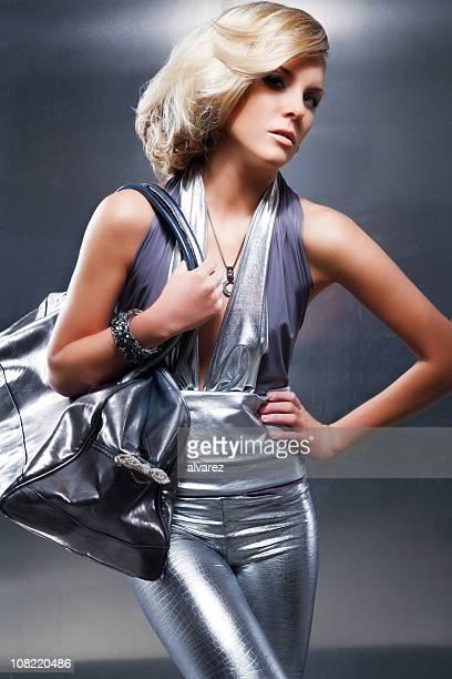 Femme portant Silver tenue et le transport Sac à main Poser pour une photo