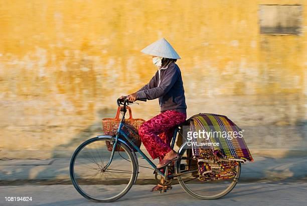 Frau tragen traditionelle Kleidung in Vietnam Reiten Fahrrad