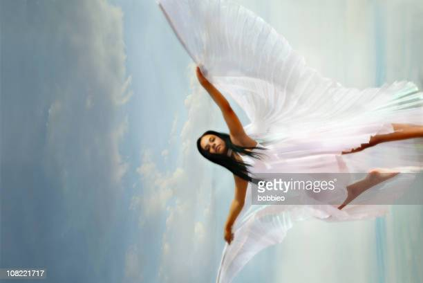 Frau mit weißem Kleid mit Flügel