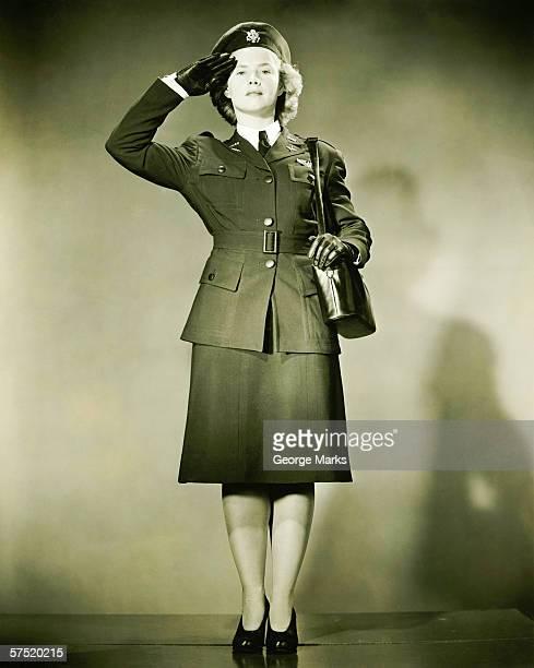Donna con la seconda guerra mondiale uniforme Saluto militare in studio