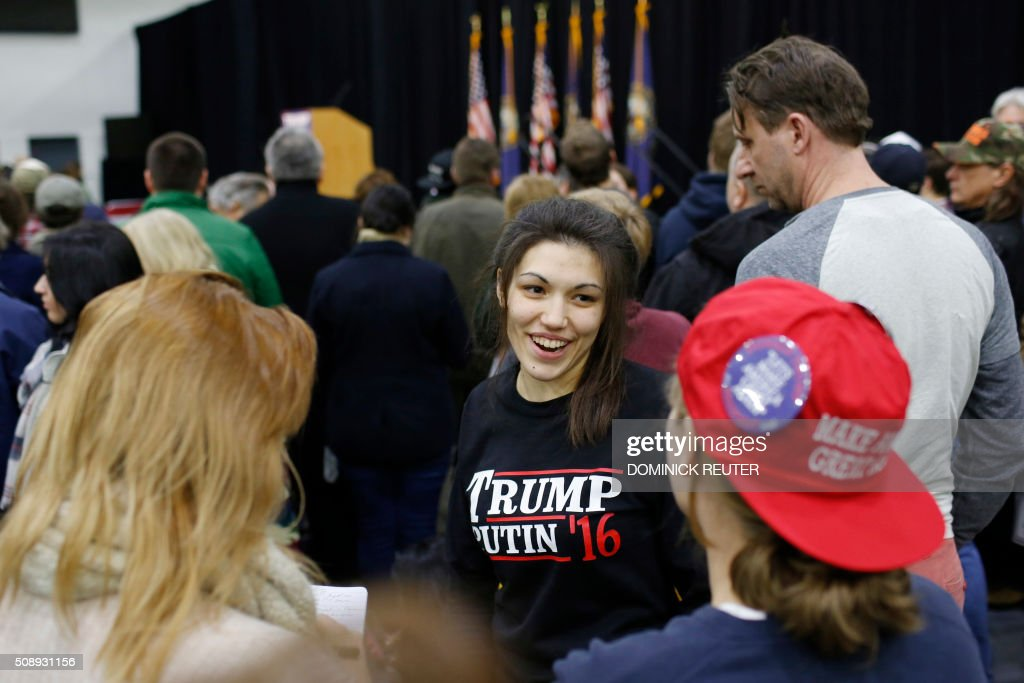 A woman wears a shirt reading 'Trump-Putin '16' before a rally for Republican presidential candidate Donald Trump at Plymouth State University, February 7, 2016, in Plymouth, New Hampshire. / AFP / DOMINICK REUTER