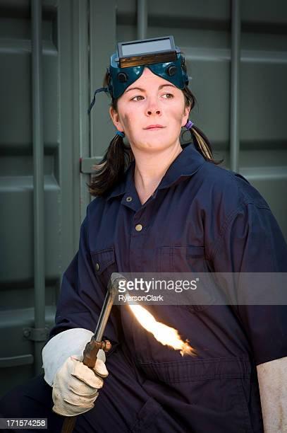 Femme soudeur avec le flambeau