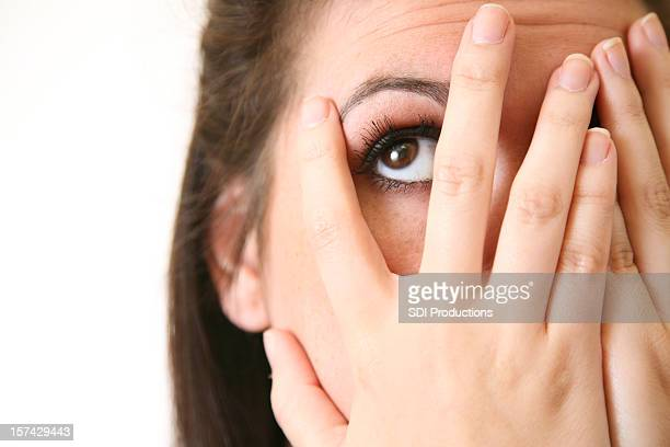 A woman who can not bear to watch peeks through her fingers.