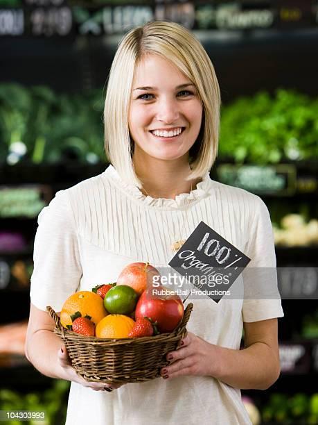 Frau mit einem Korb von Bio-Obst