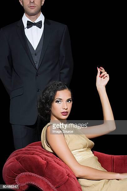 Frau mit einem Mann Diener