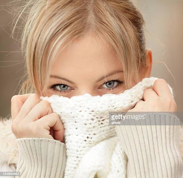 Femme avec une écharpe.