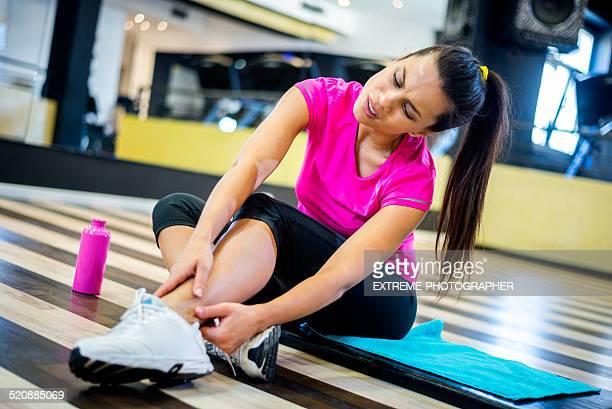 Frau mit Verletzungen Knöchel