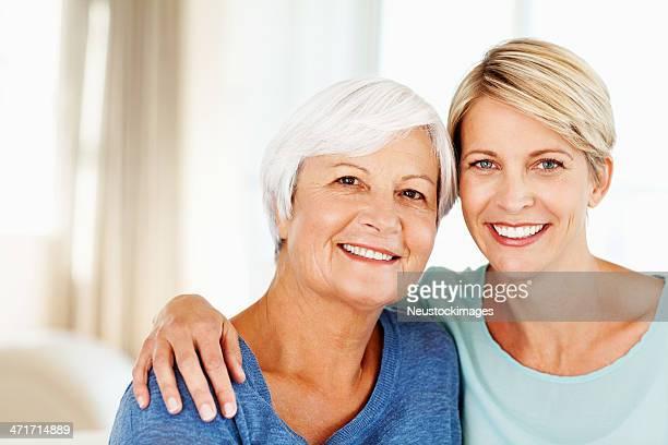 Frau mit Arm umlegen Mutter wie zu Hause fühlen.
