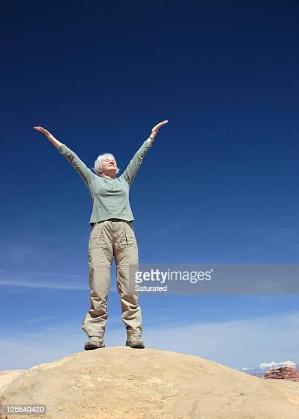 Frau mit Arme und Hände hoch In der Luft