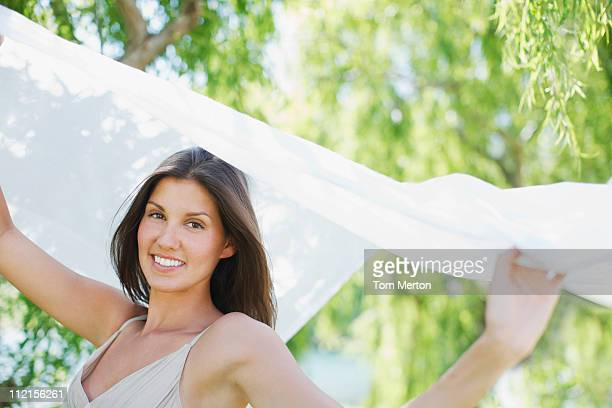 Femme avec bras tenant tissu