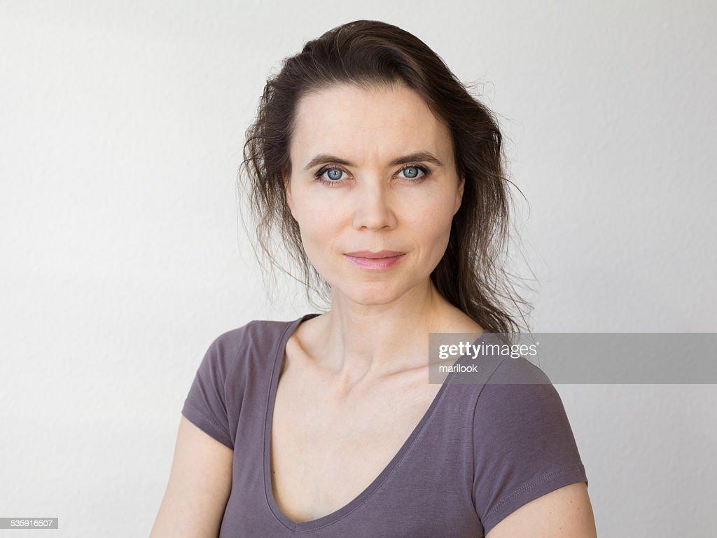 Mujer con sonrisa atractiva mirando a la cámara : Foto de stock