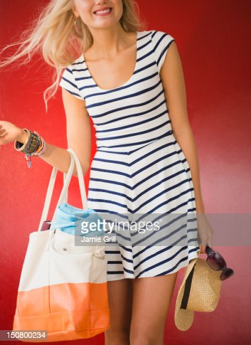 Woman with beach bag, hat and sunglasses : Stock Photo