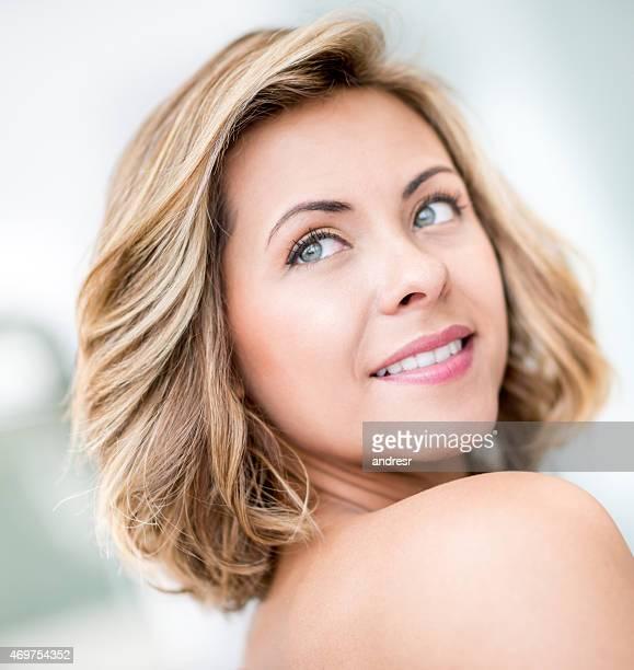 Femme avec de beaux cheveux courts