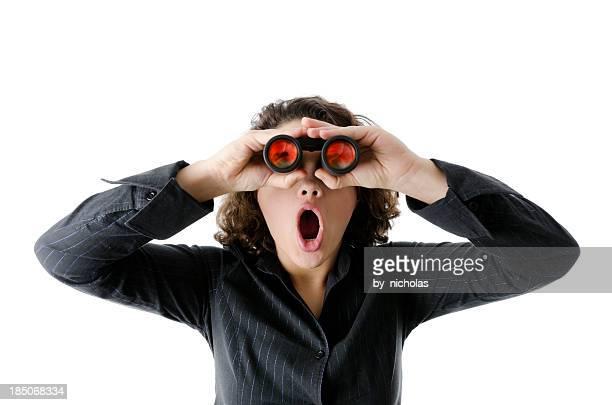 Espantado mulher com binocular, isolado a branco
