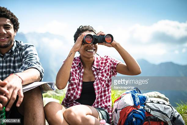 Frau mit Fernglas auf die Berge
