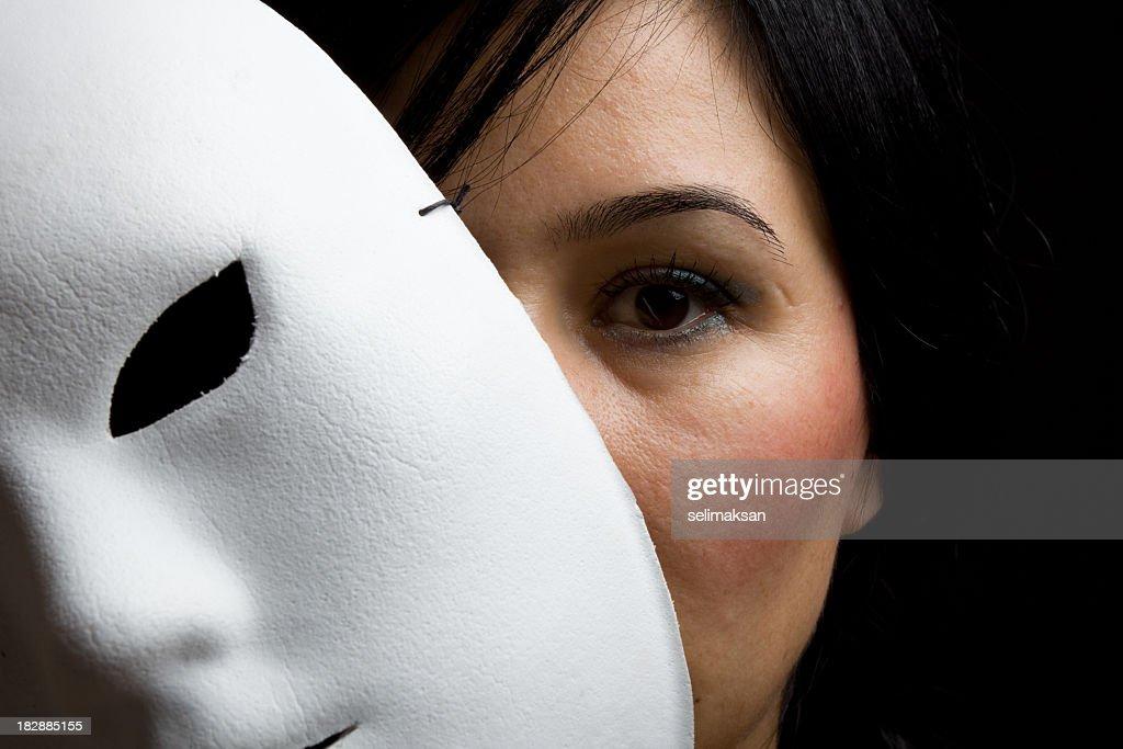 Femme avec Cheveux noirs et un masque pour les yeux regarder derrière blanc : Photo