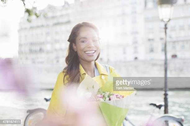 Donna con bouquet di fiori sul fiume Senna, Parigi, Francia