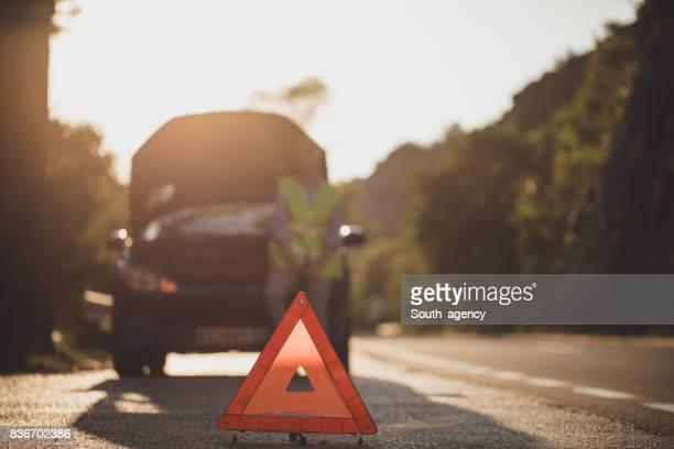 Frau mit gebrochenen Auto