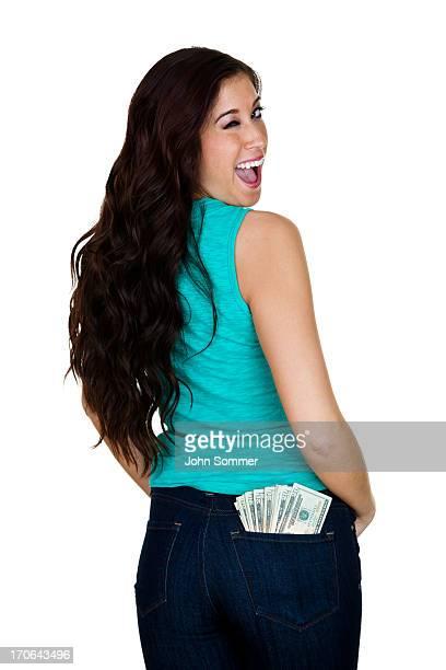 Femme avec de l'argent dans sa poche