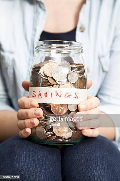 Mujer con monedas en el recipiente