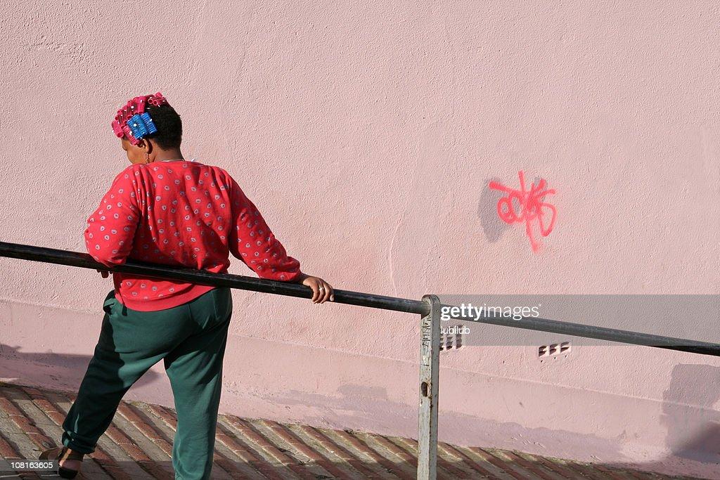 Frau mit bunten Lockenwickler sich in Kapstadt, Südafrika : Stock-Foto