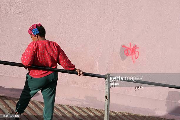 Frau mit bunten Lockenwickler sich in Kapstadt, Südafrika