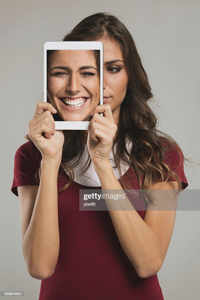 Frau mit tablet PC und verschiedene Gesichter : Stock-Foto