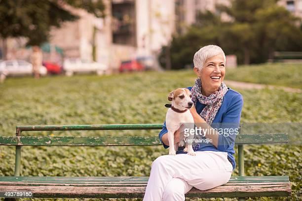 Femme avec chien dans le café