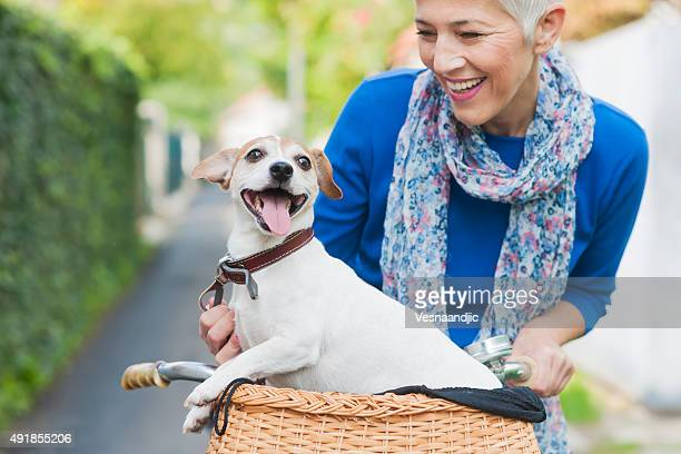 Femme avec chien sur la ville